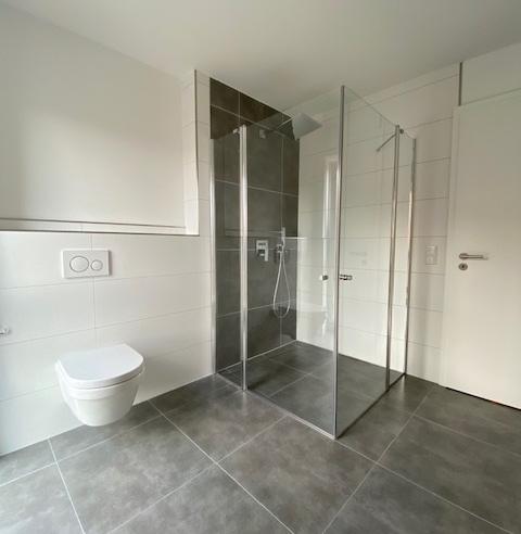 Hauptbad mit ebenerdiger Dusche.png