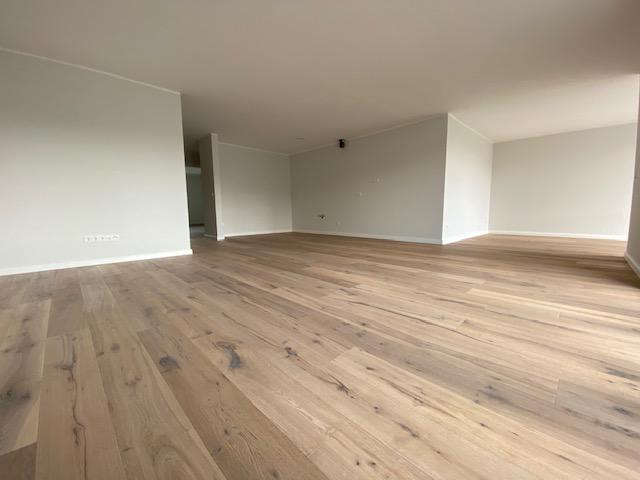 Wohnzimmer mit offener Küche und Esszimmer.png
