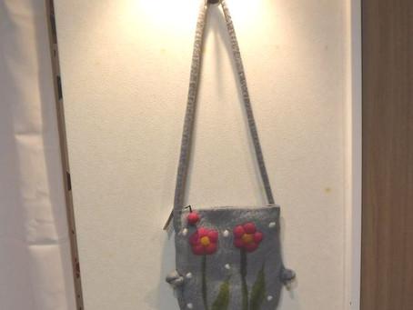 フェルト肩かけバッグ花(税抜)3,800円ネパールウールライトグレー