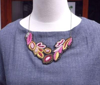 ネックレス 2,940円(税抜)PeopleTreeインドウール・シルク・真鍮手刺繍フラワーパープル系