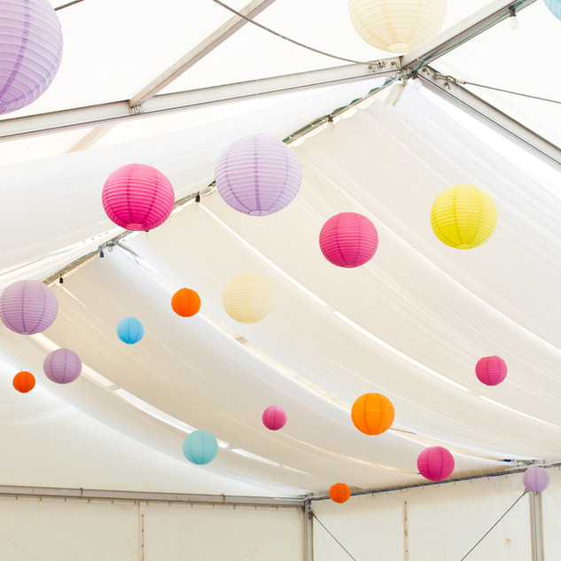 Lanternes dans une tente