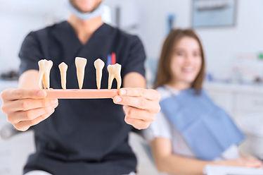 close-up-de-macho-odontologo-mostrando-d