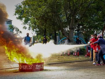 Demo dan Edukasi Penggunaan Alat Pemadam Servvo di Perumahaan
