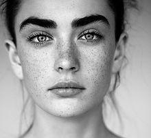 Portrait en noir et blanc de la femme av