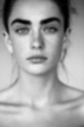 In bianco e nero ritratto di donna con F