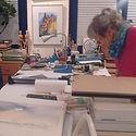 Hanne Petrick bei der Arbeit in ihrer Atelier-Galerie