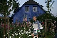HannePetrick vor ihrem Atelier Blaues Haus