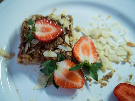 Drobenkový koláč s rebarborou a jahodami – bez lepku, vegan, slazený rýžovým sirupem a kokosovým cuk