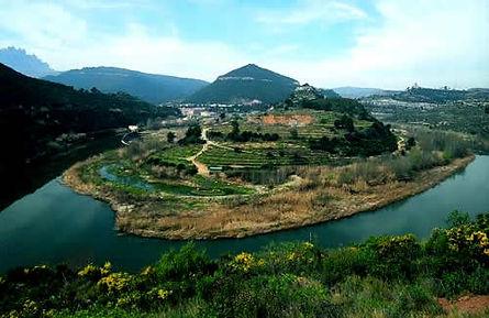 La unió de les formacions muntanyenques de Sant Llorenç del Munt i de l'Obac donen forma al conjunt, irrigat pels rius Llobregat i Ripoll.