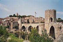 Besalú, pueblo y condado, que se remonta al siglo X, con un espléndido conjunto monumental.