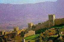 Montblanc, uno de los mejor conservados de Catalunya, pueblo medieval y templario, con conjunto amurallado, con casas del siglos XIII i IV.