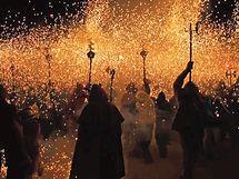 Diablos y fiestas de fuego, tradición de bailes callejeros con fuego que se remontan al siglo XII.