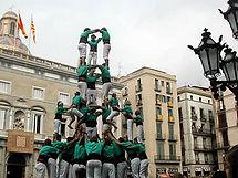 Els Castellers, forman torres humanas de hasta 9 pisos, con una arraigada tradición desde el siglo XV en Cataluña