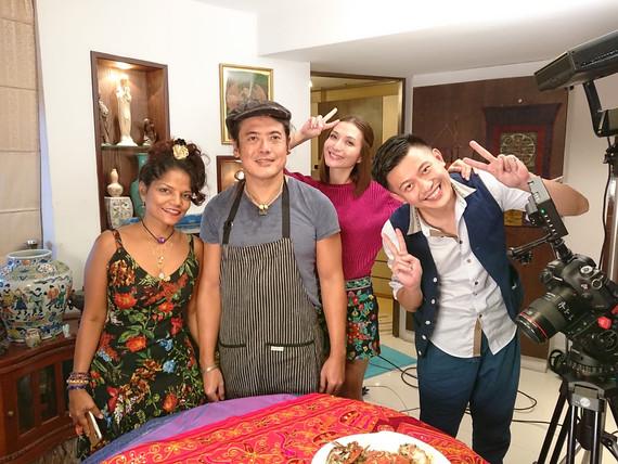 Pornsak and Vivian fool aroudn with Hosts.JPG