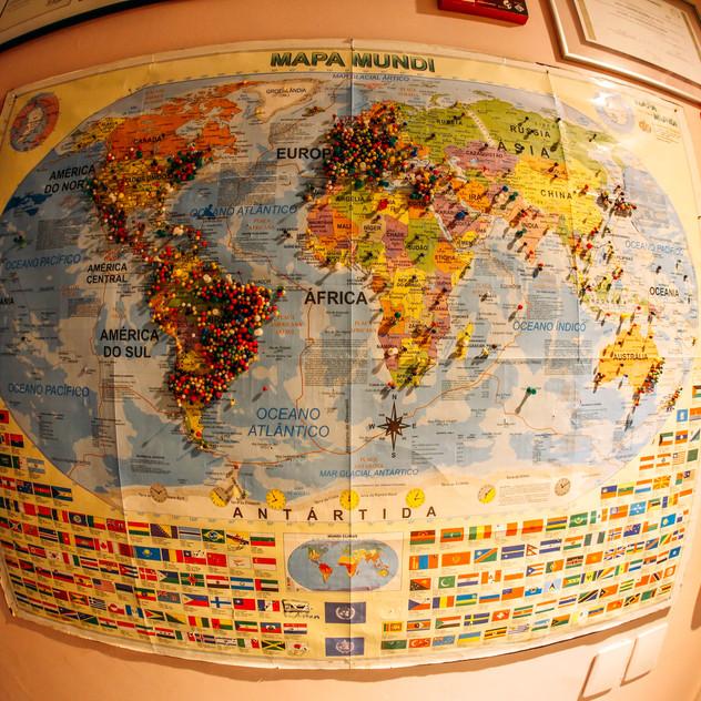 Mapa com marcações dos viajantes de todos os lugares do mundo no Piratas da Praia Hostel em Recife