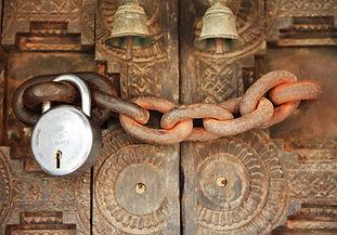 puerta encadenada