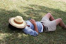 Homme faisant une sièste dans l'herbe