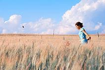 Femme dans un champ de céréale