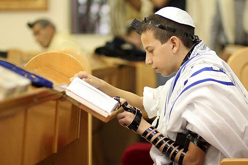 ילד מתפלל עלייה לתורה