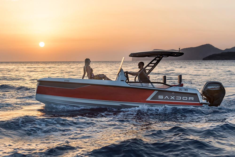 Tramonto su una barca Saxdor 200 con due ragazzi a bordo