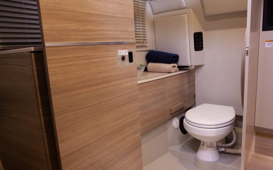 bagno con lavandino e wc dello yacht Saxdor 320 GTO