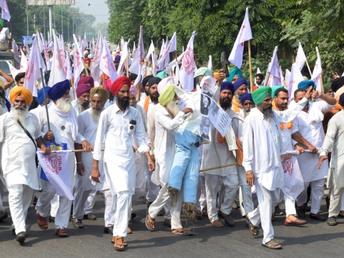 Farmers in India March Towards New Delhi to Protest Against Deregulation Laws!