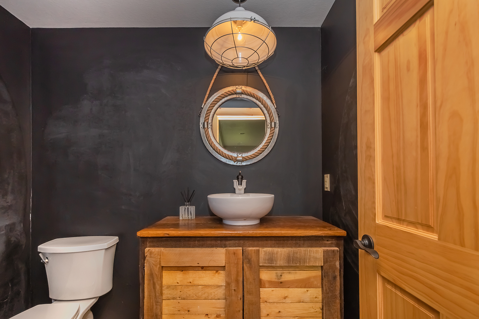 585SUMMITDRIVE_LL_PowderRoom_1