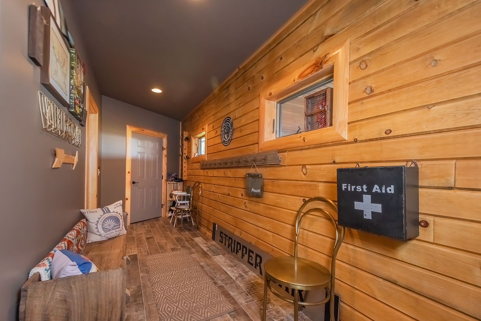 585SUMMITDRIVE_Mudroom_1