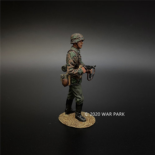 KU043 Das Reich SS Soldier Wearing Camouflage Uniform with a MP40