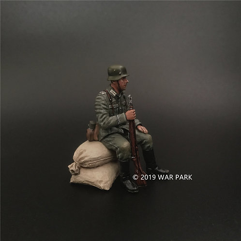 KU032 Groß deutschland Soldier Sitting on Sandbags