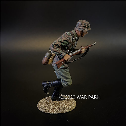 KU055 Das Reich SS Soldier Charging with Rifle
