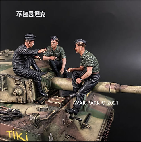 KU076 Tank Crew Relaxing and Chatting