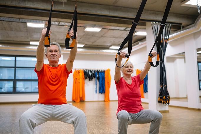 Couple de personnes reprenant une activité sportive avec un coach.