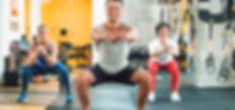 Homme et femmes s'entaînant en coachig sportif de groupe