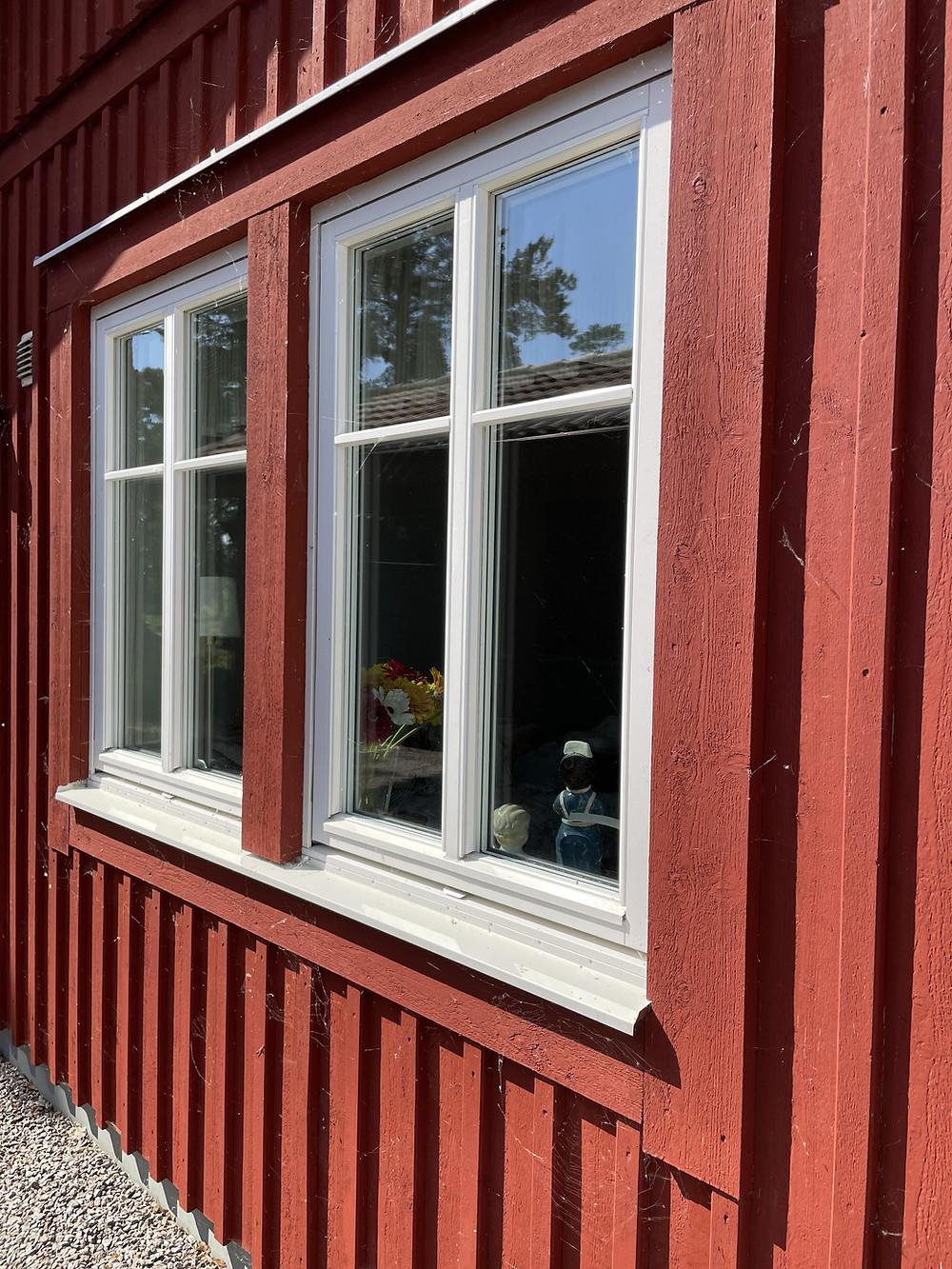 Röd fasad med fönster och spindelnät