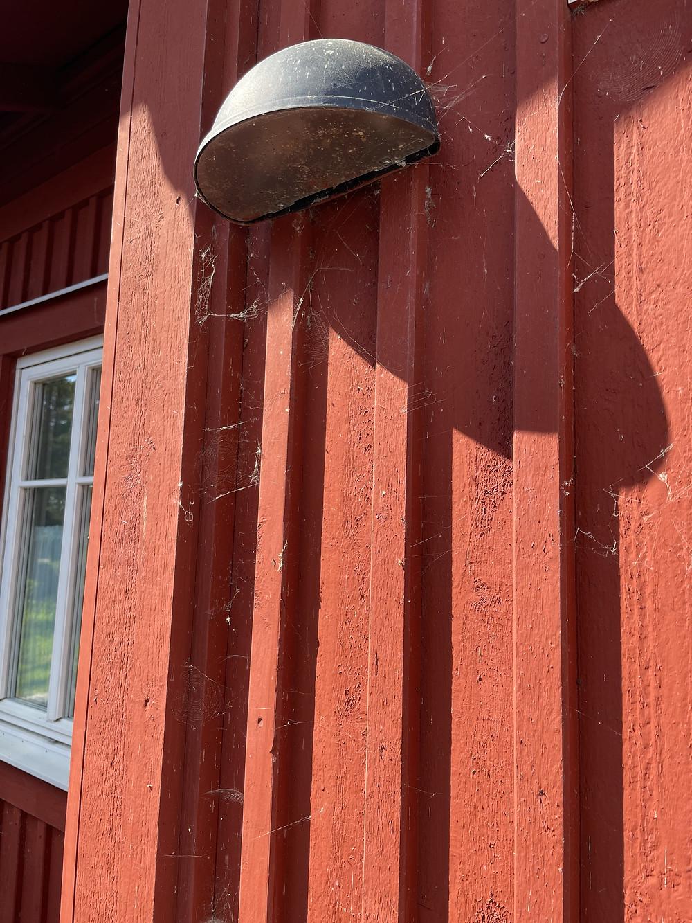 Spindelnät på fasadbelysning