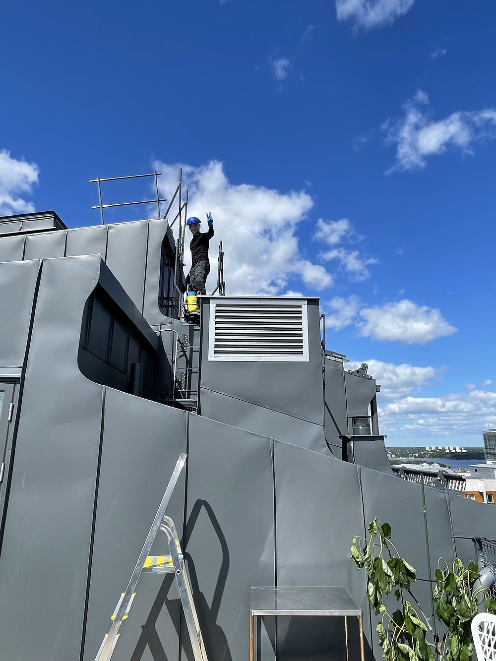 Sprutar mot spindlar på taket övanför balkong