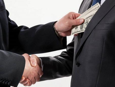 Quien ama el dinero, de dinero no se sacia. Quien ama las riquezas nunca tiene suficiente