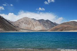 una valle innevata in Ladakh