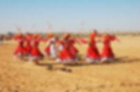 danzatori al festival del deserto a jaisalmer