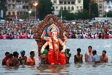 ganesh viene portato nelle acque del mare al chaturthi festival