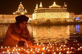 un sikh accende le candele per il diwali
