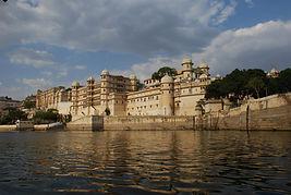 il Palazzo reale visto dal lago Pichola