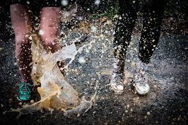 Schizzo sui passanti l'acqua piovana