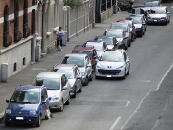 AUTO IN SOSTA CON FINESTRINO APERTO