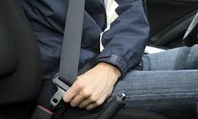 Passeggero senza cintura, in caso di sinistro il conducente è responsabile
