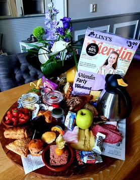 Ontbijt met tijdschrift, fruit en bloemetje