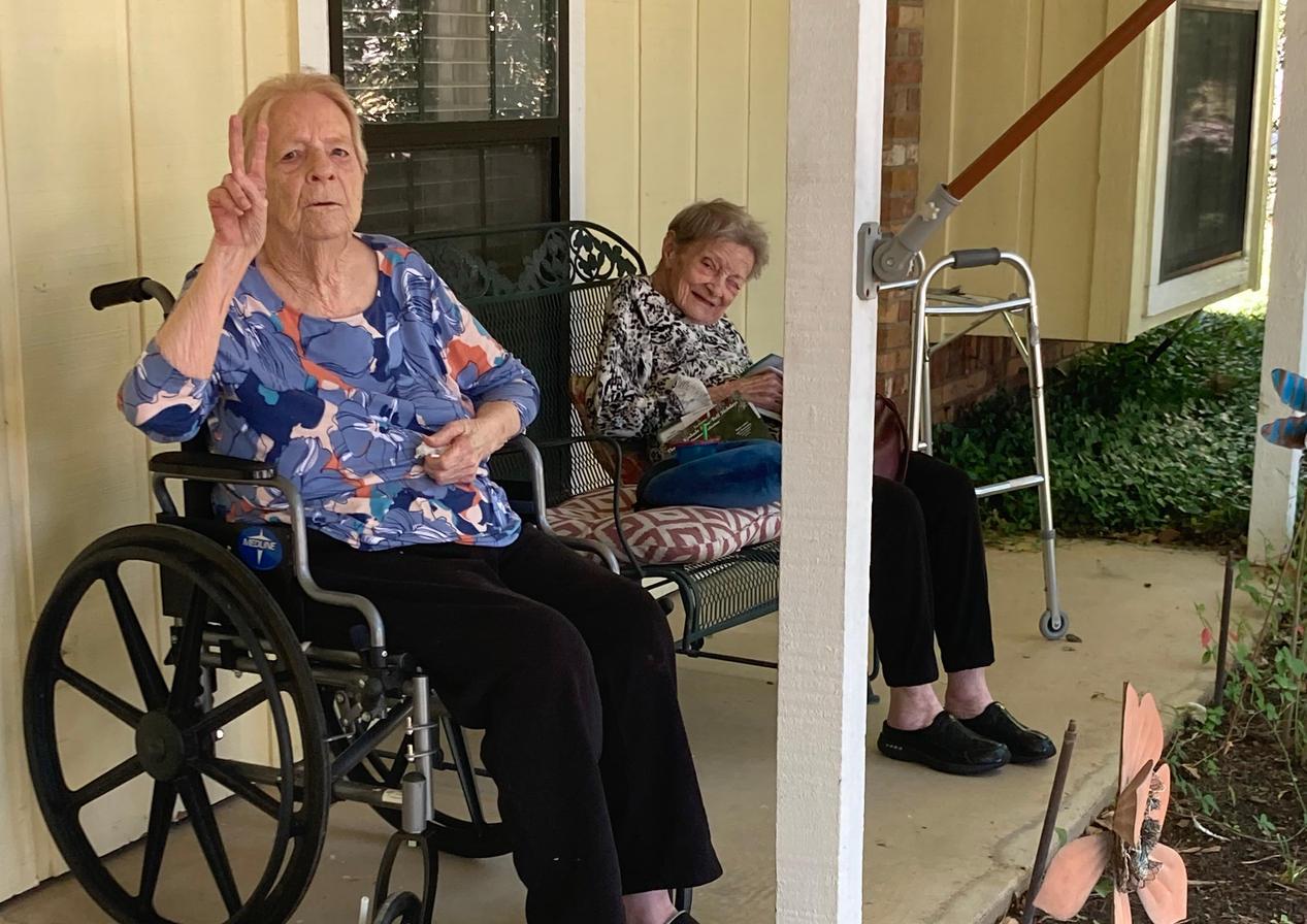 senior residents outside | 4 seasons senior living