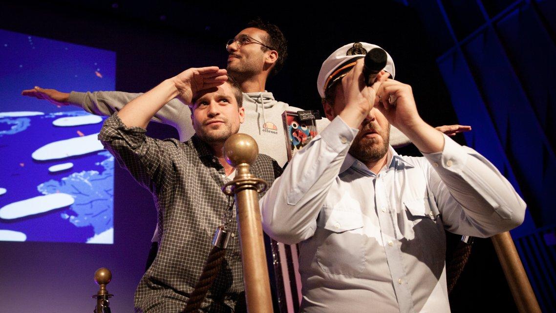 Preisgewinner dürfen ein Foto mit dem Schiffskapitän machen