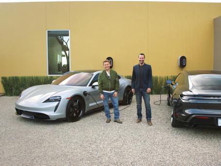 Keanu Reeves y Alex Winter conducen el Porsche Taycan en el documental 'Goingthe Distance'